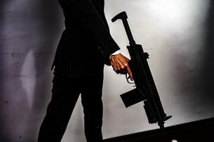 マシンガンを持つ戦うビジネスマンの写真素材 [FYI01257769]