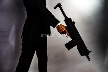 マシンガンを持つ戦うビジネスマンの写真素材 [FYI01257770]