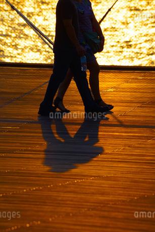 大桟橋を歩く二人の写真素材 [FYI01257783]