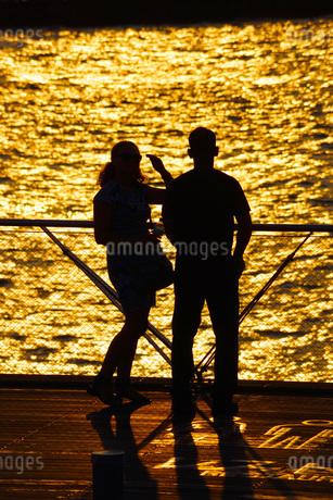 大さん橋で黄昏れる二人の写真素材 [FYI01257785]