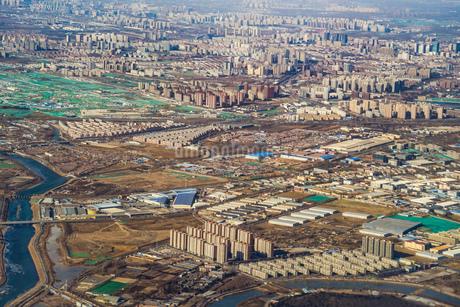 飛行機から見える中国・北京の住宅街の写真素材 [FYI01257807]