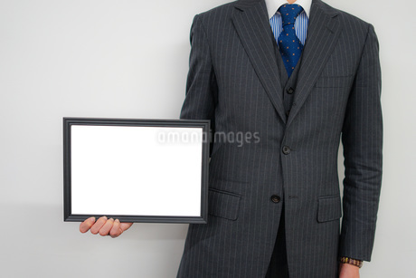 ホワイトボードを持つビジネスマンの写真素材 [FYI01257812]