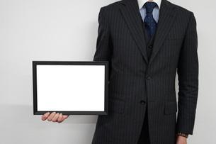 ホワイトボードを持つビジネスマンの写真素材 [FYI01257813]
