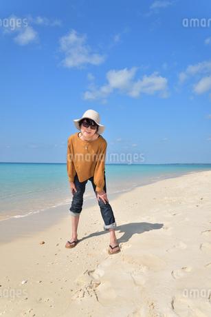 宮古島/来間島の長間浜ビーチでポートレート撮影の写真素材 [FYI01258039]