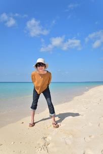 宮古島/来間島の長間浜ビーチでポートレート撮影の写真素材 [FYI01258040]