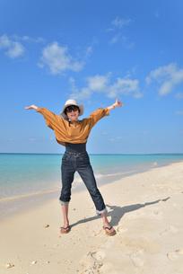 宮古島/来間島の長間浜ビーチでポートレート撮影の写真素材 [FYI01258041]