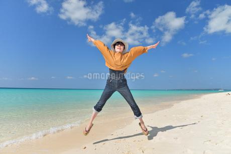 宮古島/来間島の長間浜ビーチでポートレート撮影の写真素材 [FYI01258042]