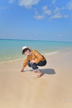 宮古島/来間島の長間浜ビーチでポートレート撮影の写真素材 [FYI01258043]