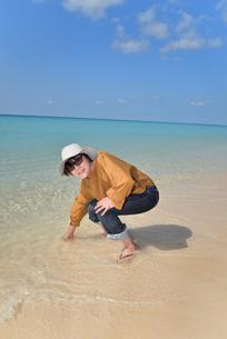 宮古島/来間島の長間浜ビーチでポートレート撮影の写真素材 [FYI01258045]