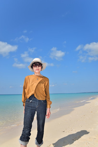宮古島/来間島の長間浜ビーチでポートレート撮影の写真素材 [FYI01258046]