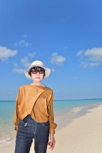 宮古島/来間島の長間浜ビーチでポートレート撮影の写真素材 [FYI01258047]