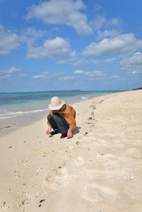 宮古島/来間島の長間浜ビーチでポートレート撮影の写真素材 [FYI01258048]