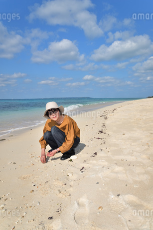 宮古島/来間島の長間浜ビーチでポートレート撮影の写真素材 [FYI01258049]
