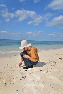 宮古島/来間島の長間浜ビーチでポートレート撮影の写真素材 [FYI01258050]