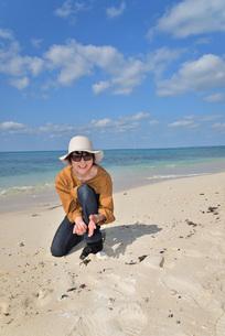 宮古島/来間島の長間浜ビーチでポートレート撮影の写真素材 [FYI01258051]