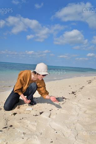 宮古島/来間島の長間浜ビーチでポートレート撮影の写真素材 [FYI01258052]