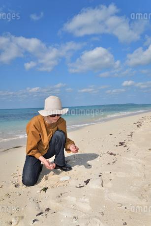 宮古島/来間島の長間浜ビーチでポートレート撮影の写真素材 [FYI01258053]
