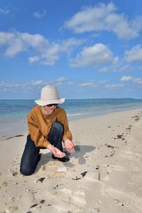 宮古島/来間島の長間浜ビーチでポートレート撮影の写真素材 [FYI01258054]