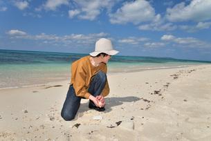 宮古島/来間島の長間浜ビーチでポートレート撮影の写真素材 [FYI01258055]