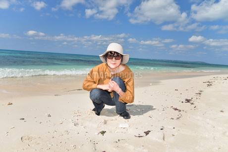 宮古島/来間島の長間浜ビーチでポートレート撮影の写真素材 [FYI01258056]