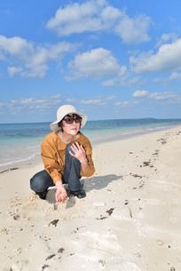 宮古島/来間島の長間浜ビーチでポートレート撮影の写真素材 [FYI01258057]