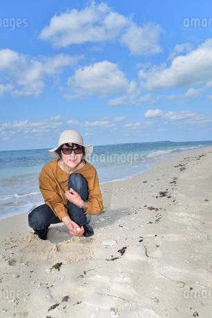 宮古島/来間島の長間浜ビーチでポートレート撮影の写真素材 [FYI01258058]