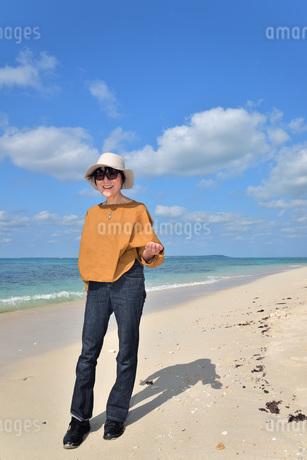 宮古島/来間島の長間浜ビーチでポートレート撮影の写真素材 [FYI01258059]