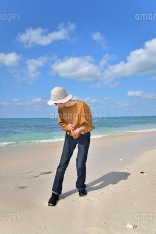 宮古島/来間島の長間浜ビーチでポートレート撮影の写真素材 [FYI01258060]