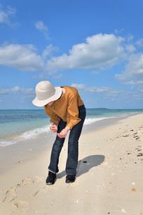 宮古島/来間島の長間浜ビーチでポートレート撮影の写真素材 [FYI01258061]