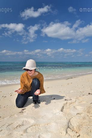 宮古島/来間島の長間浜ビーチでポートレート撮影の写真素材 [FYI01258062]