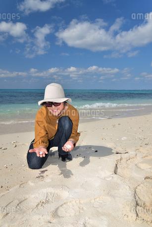 宮古島/来間島の長間浜ビーチでポートレート撮影の写真素材 [FYI01258063]