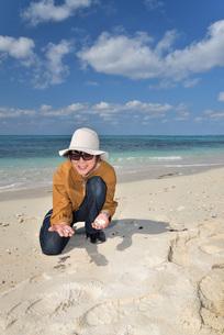 宮古島/来間島の長間浜ビーチでポートレート撮影の写真素材 [FYI01258064]