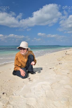 宮古島/来間島の長間浜ビーチでポートレート撮影の写真素材 [FYI01258065]