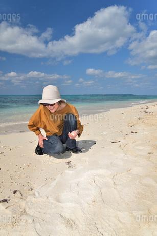 宮古島/来間島の長間浜ビーチでポートレート撮影の写真素材 [FYI01258066]