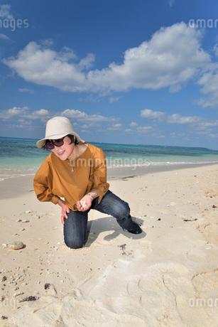 宮古島/来間島の長間浜ビーチでポートレート撮影の写真素材 [FYI01258067]