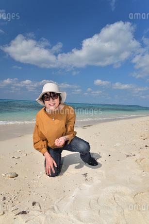 宮古島/来間島の長間浜ビーチでポートレート撮影の写真素材 [FYI01258068]