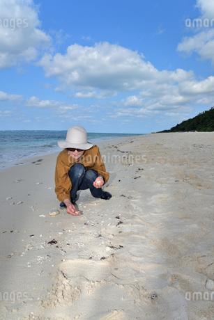 宮古島/来間島の長間浜ビーチでポートレート撮影の写真素材 [FYI01258069]