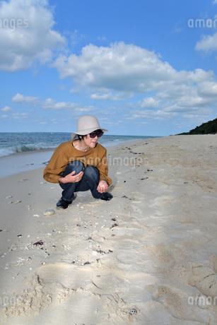 宮古島/来間島の長間浜ビーチでポートレート撮影の写真素材 [FYI01258070]