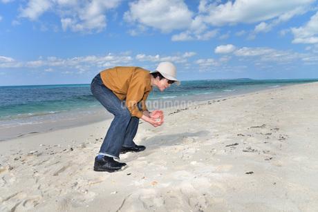 宮古島/来間島の長間浜ビーチでポートレート撮影の写真素材 [FYI01258071]