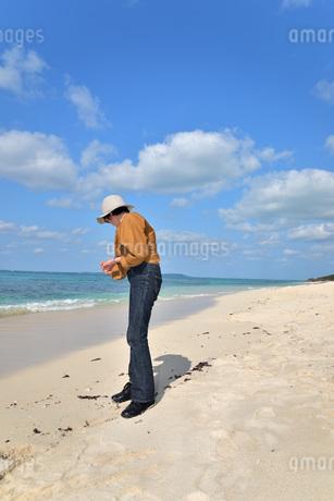 宮古島/来間島の長間浜ビーチでポートレート撮影の写真素材 [FYI01258073]