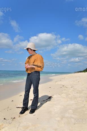 宮古島/来間島の長間浜ビーチでポートレート撮影の写真素材 [FYI01258074]