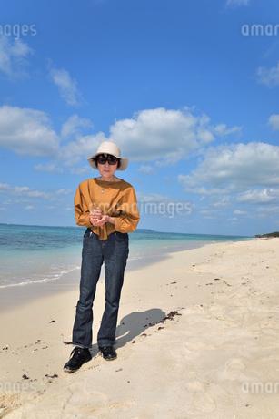 宮古島/来間島の長間浜ビーチでポートレート撮影の写真素材 [FYI01258076]