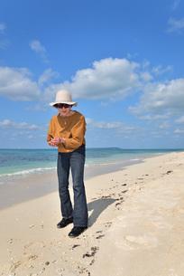 宮古島/来間島の長間浜ビーチでポートレート撮影の写真素材 [FYI01258077]