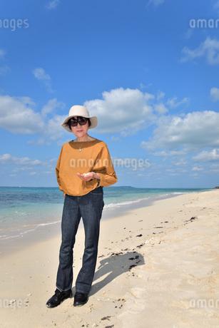 宮古島/来間島の長間浜ビーチでポートレート撮影の写真素材 [FYI01258078]