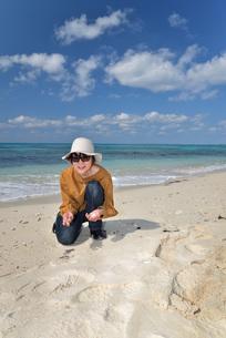 宮古島/来間島の長間浜ビーチでポートレート撮影の写真素材 [FYI01258079]