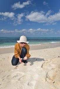 宮古島/来間島の長間浜ビーチでポートレート撮影の写真素材 [FYI01258080]