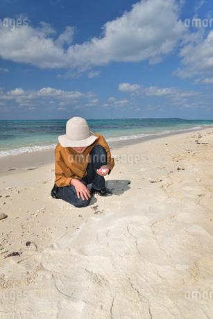 宮古島/来間島の長間浜ビーチでポートレート撮影の写真素材 [FYI01258081]