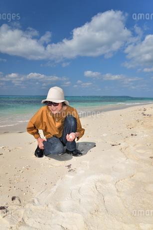 宮古島/来間島の長間浜ビーチでポートレート撮影の写真素材 [FYI01258082]