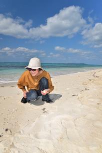宮古島/来間島の長間浜ビーチでポートレート撮影の写真素材 [FYI01258083]