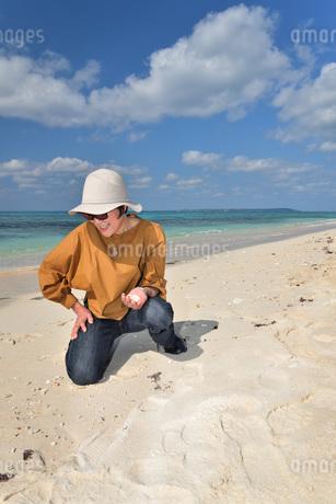 宮古島/来間島の長間浜ビーチでポートレート撮影の写真素材 [FYI01258084]